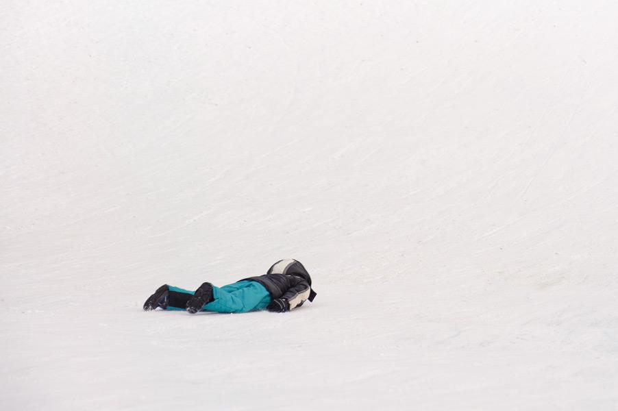Kind ligt in de sneeuw