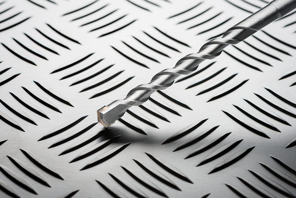 Foto van een boor op aluminium achtergrond