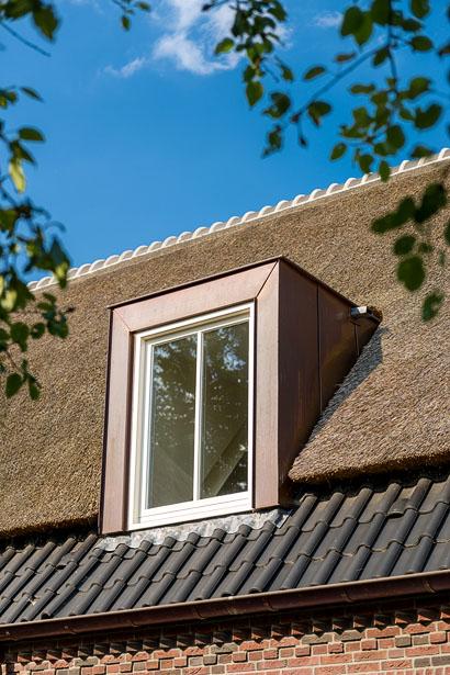 Dakkapel kozijn bij een rieten dak