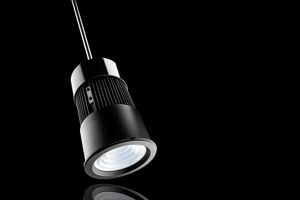 LED spot armatuur pendel versie, met recflectie en zwarte achtergrond