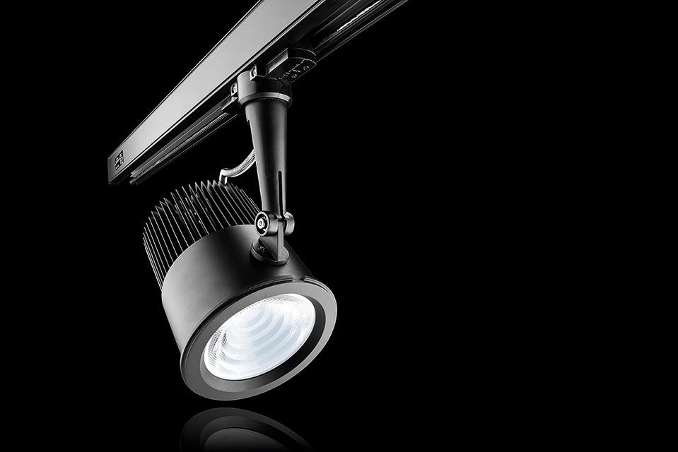 LED spot armatuur track versie (bevestigd aan rails) met reflectie en zwarte achtergrond