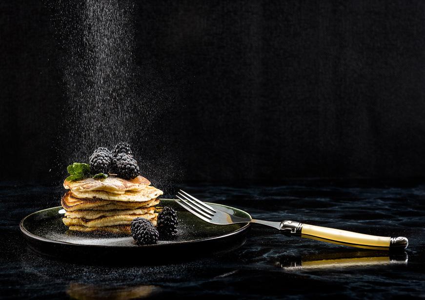 Sfeerfotografie van servies en bestek met pannekoeken